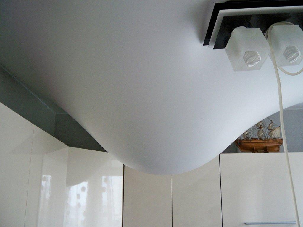 Проверка провисания натяжного потолка. Провисшей натяжной потолок