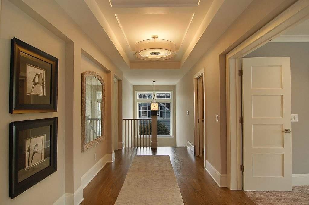 Красивый потолок в коридоре