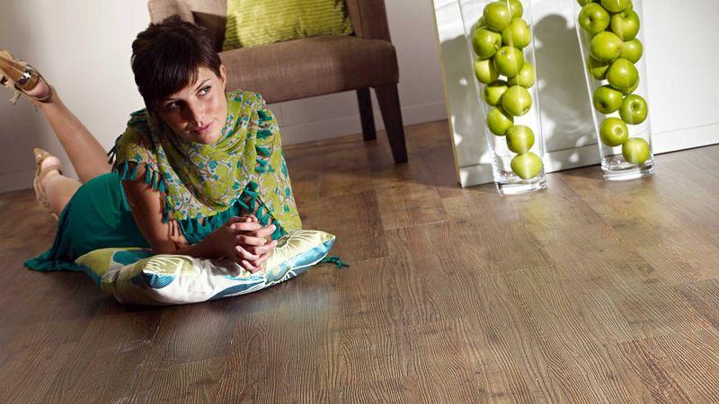 Кварцвиниловая плитка имеет такое качество как износостойкость и прочность