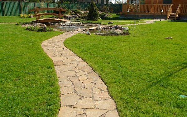 Тротуарная дорожка из природного камня