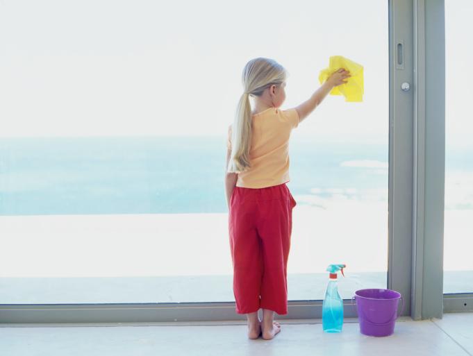 Уход за пластиковыми окнами. Ребенок моет окно