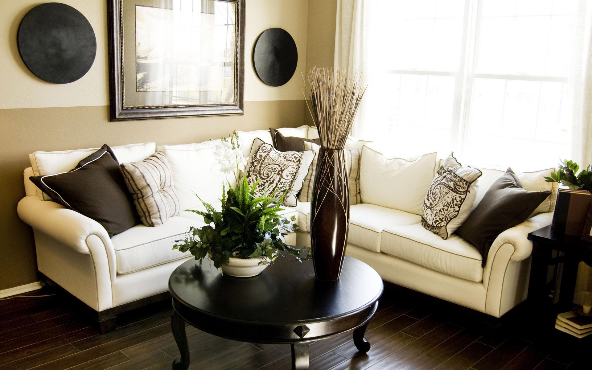 Угловой диван в интерьере дома