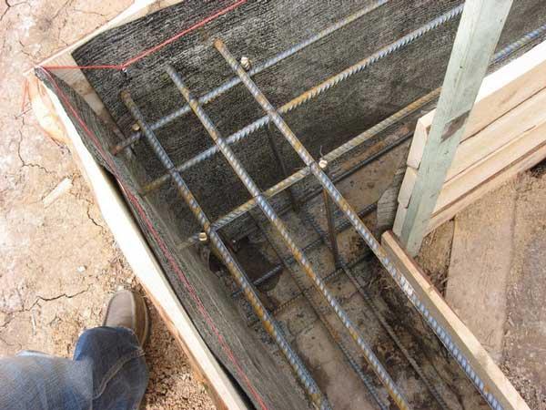 Установка гидроизоляции и армирование ленточного фундамента