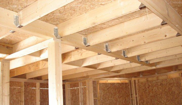 Установка потолочных балок и стропильной системы для каркасного дома