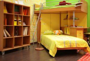 Детская в желтом цвете с двухъярусной кроватью и угловым шкафом