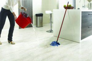 Кварцвиниловая плитка при уборке
