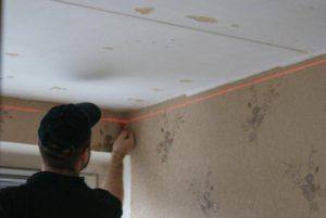 Первым этапом монтажа натяжного потолка своими руками выполняется разметка будущего потолка