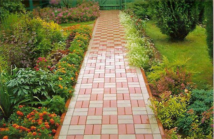 Украсить место вдоль садовых тропинок можно низкорослыми садовыми цветами